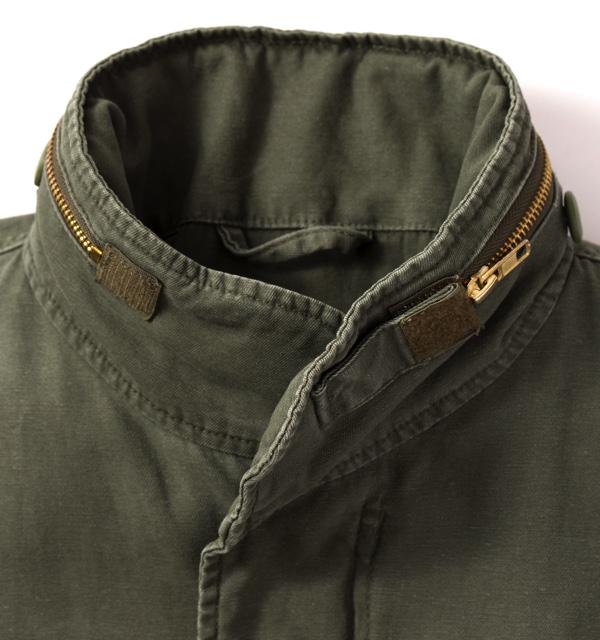 「赤」と「青」のバンダナを正方形に組み合わせ背中につけたM-65タイプのジャケット